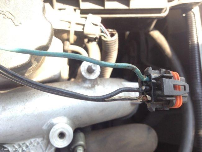 Соединительная колодка от модуля зажигания ВАЗ-2110 с поврежденными проводниками