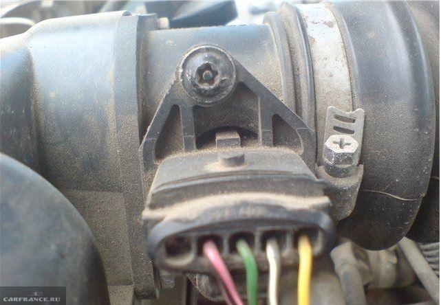 Соединительный штекер датчика массового расхода воздуха в ВАЗ-2110