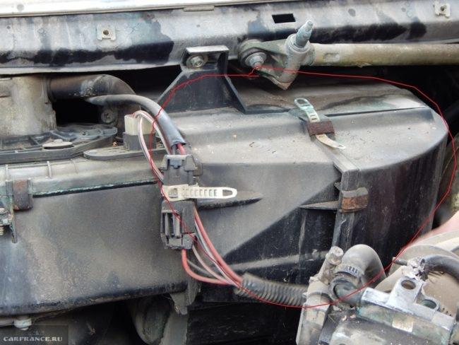 Кожух радиатора печки ВАЗ-2110, вид из-под капота