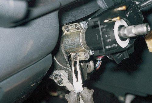Демонтаж болтов замка зажигания в ВАЗ-2110