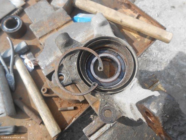 Кулак передней подвески ВАЗ-2110 в тисках