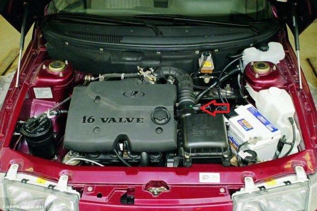 Моторный отсек автомобиля ВАЗ-2110, капот открыт