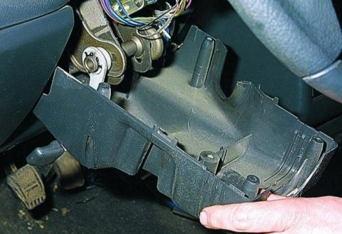 Нижний кожух подрулевого выключателя в ВАЗ-2110