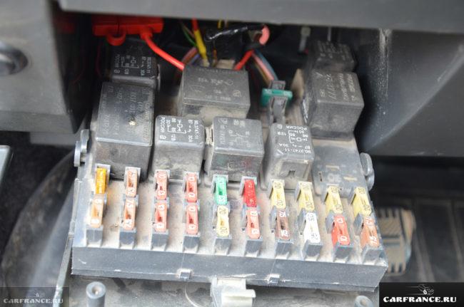 Основной блок предохранителей на ВАЗ-2110 раскрыт