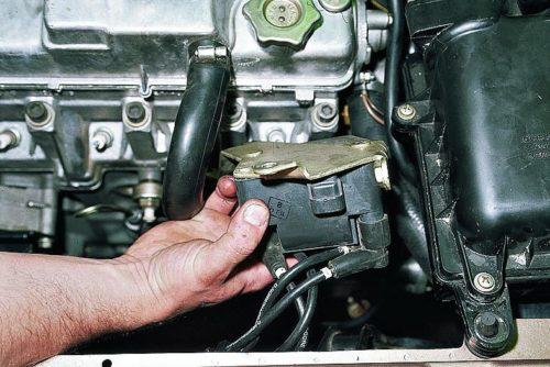 Модуль зажигания ВАЗ-2110 с кронштейном крепления к двигателю