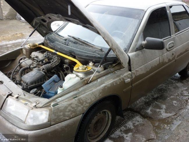 Автомобиль ВАЗ-2110 с открытым капотом