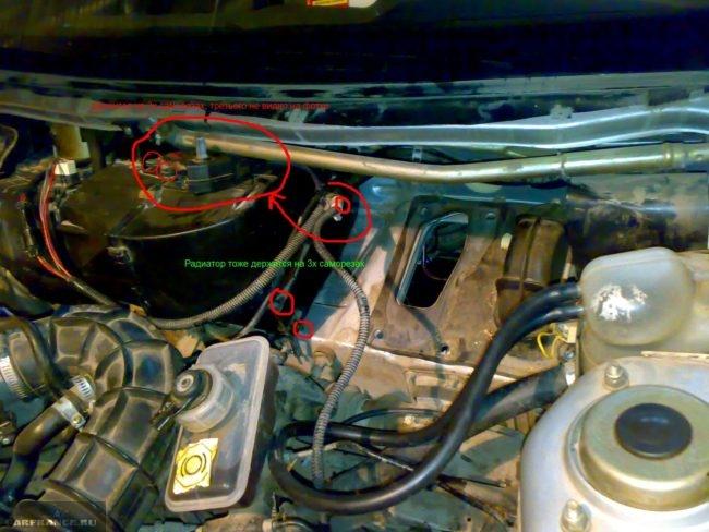 Узел крепления радиатора печки и кожуха отопителя на ВАЗ-2110