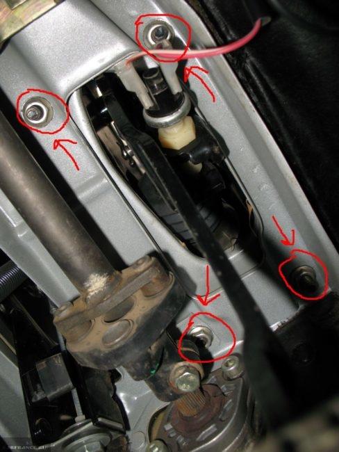 Крепление педального узла на автомобиле ВАЗ-2110, вид вблизи