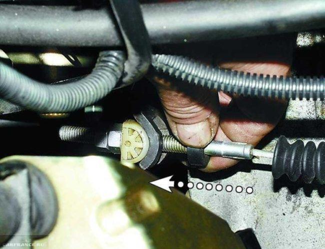 Пыльник троса сцепления, рычаг и регулировочные гайки в ВАЗ-2110