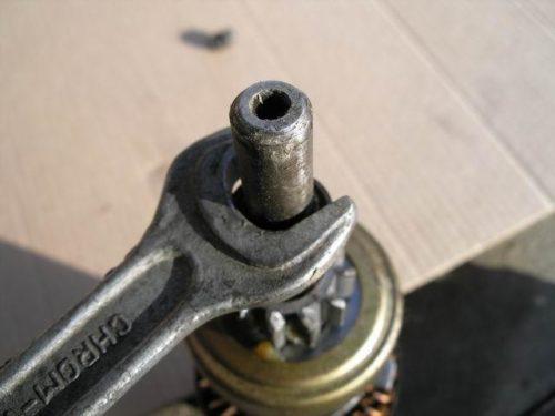 Верхнее стопорное кольцо бендикса стартера в ВАЗ-2110, снятие с помощтю ключа
