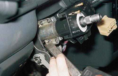 Болты крепления замка зажигания ВАЗ-2110