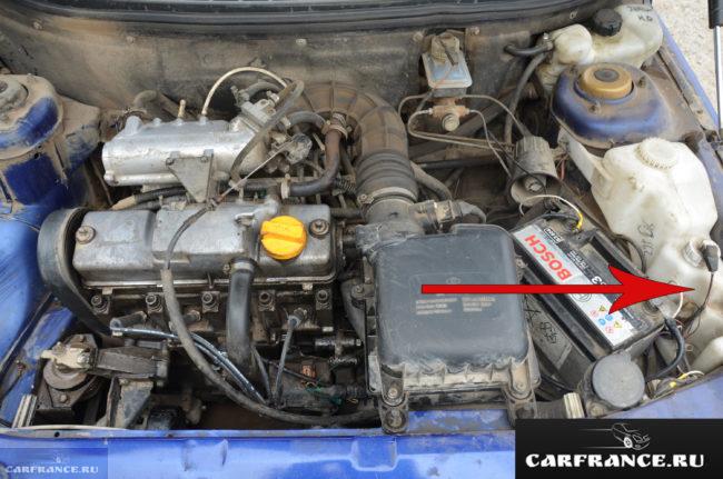 Бачок охлаждающей жидкости под капотом ВАЗ-2110