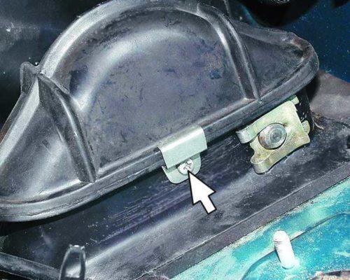 Держатель защитного чехла узла крепления педали сцепления в ВАЗ-2110