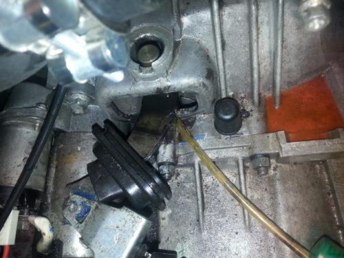 Вилка сцепления в автомобиле ВАЗ-2110 со снятым пыльником