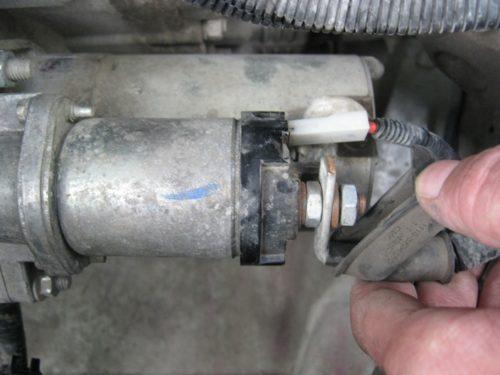 Провод питания стартера в ВАЗ-2110, снятие защитного резинового чехла