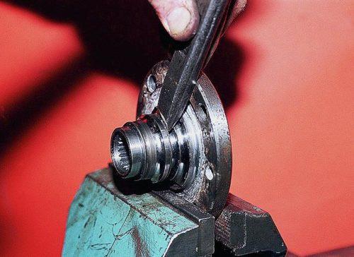 Старое кольцо подшипника на ступице ВАЗ-2110