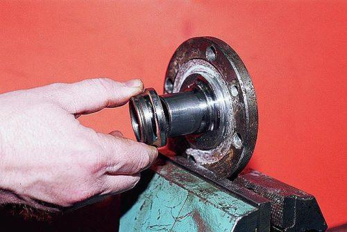 Демонтаж старого кольца подшипника со ступицы ВАЗ-2110