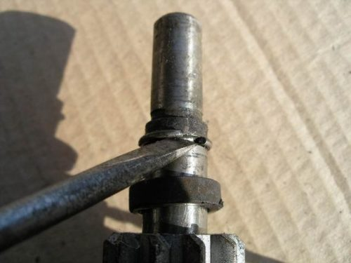 Нижнее стопорное кольцо бендикса стартера от ВАЗ-2110, снятие плоской отверткой