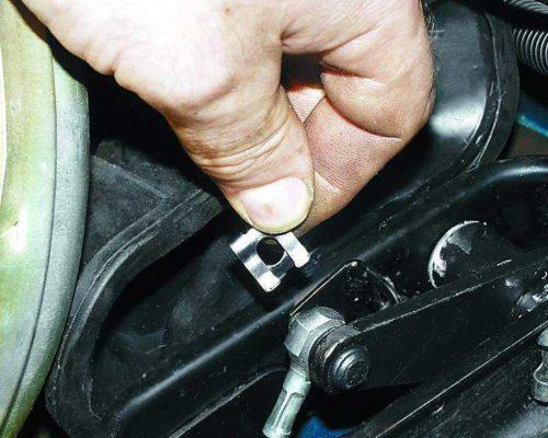 Стопорная скоба пальца крепления троса сцепления на педали в ВАЗ-2110