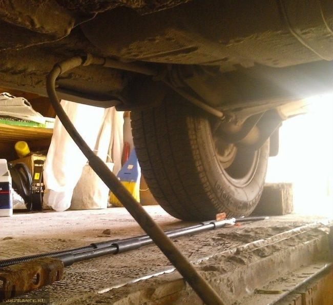 Старый трос стояночного тормоза автомобиля ВАЗ-2110, процесс демонтажа