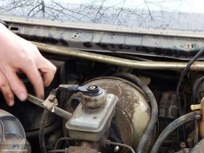 Главный тормозной цилиндр ВАЗ-2110, демонтаж