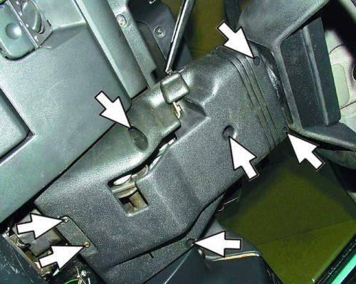 Винты крепления кожуха рулевого колоса в ВАЗ-2110