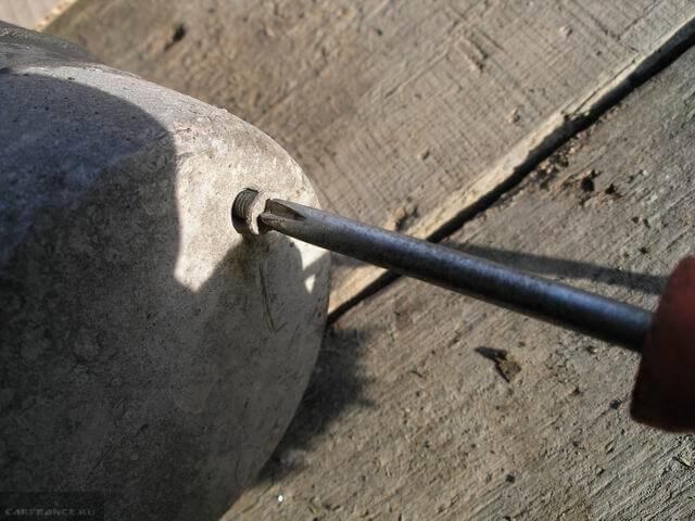Задняя крышка стартера от автомобиля ВАЗ-2110, выворачивание винтов крепления крестовой отверткой
