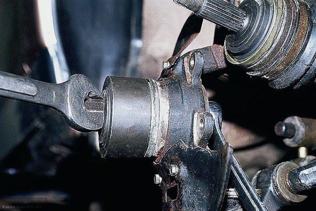Съемник подшипника передней ступицы ВАЗ-2110 в работе