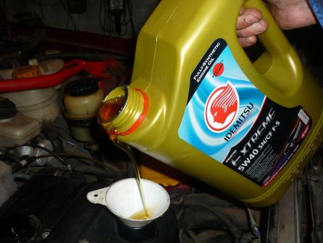 Заливка масла в двигатель Дэу Нексия
