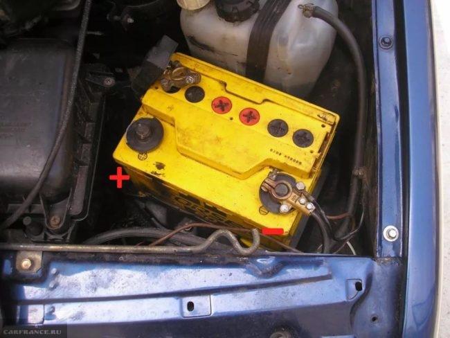 Аккумуляторная батарея в моторном отсеке ВАЗ-2110, плюсовая клемма снята