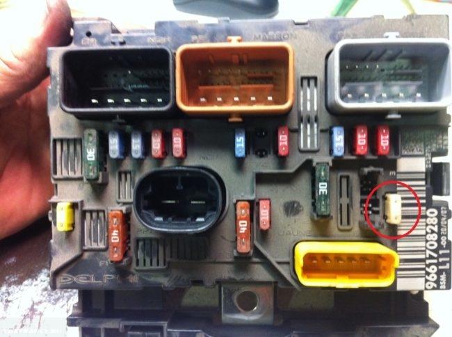 Монтажный подкапотный блок предохранителей для Пежо 307