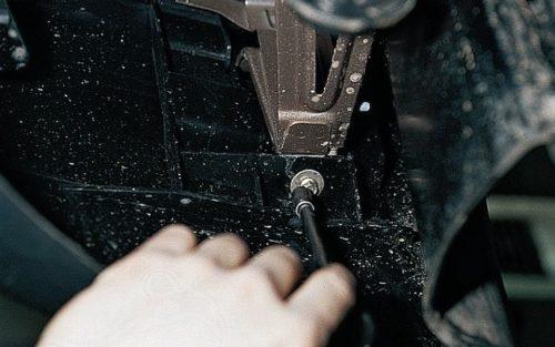 Нижний болт силового крепления переднего бампера к кронштейну в ВАЗ-2110 и головка на 10