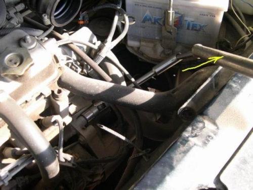 Передний верхний болт крепления коробки к блоку двигателя в ВАЗ-2110 и головка на 19 с удлинителем