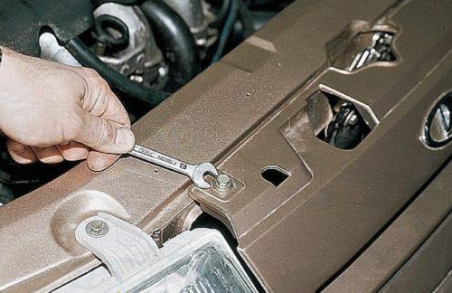 Винты крепления декоративной решетки радиатора в ВАЗ-2110 и рожковый ключ на 10