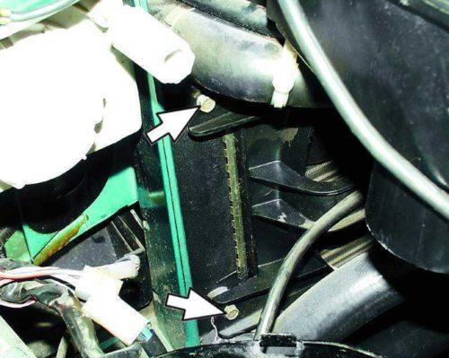 Болты крепления кожуха вентилятора к радиатору охлаждения в ВАЗ-2110