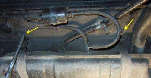 Болты крепления бензобака под днищем автомобиля ВАЗ-2110