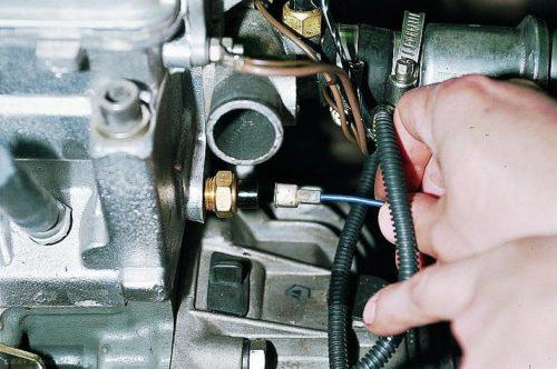 Датчик включения вентилятора радиатора в ВАЗ-2110 с инжекторным двигателем