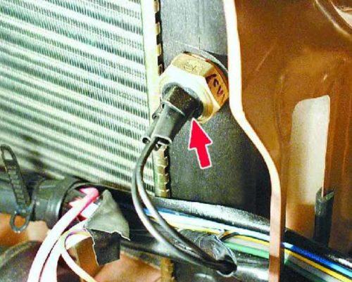 Датчик включения вентилятора радиатора в автомобиле ВАЗ-2110 с карбюраторным двигателем
