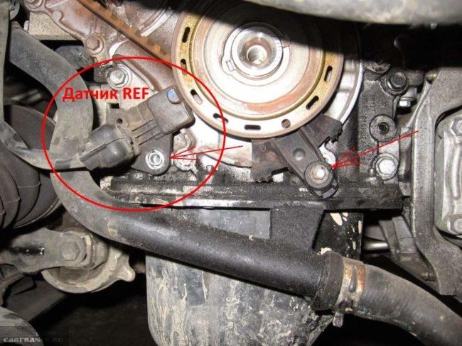 Датчик положения коленчатого вала на двигателе автомобиля Пежо 307, вид со стороны колеса без крышки ГРМ
