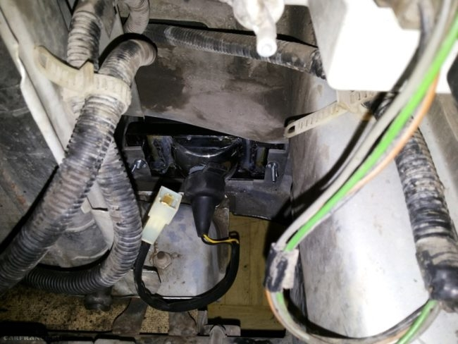 Левая противотуманная фара в автомобиле ВАЗ-2110, вид со стороны моторного отсека