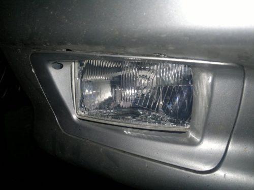 Правая противотуманная фара в бампере серебристого цвета в автомобиле ВАЗ-2110