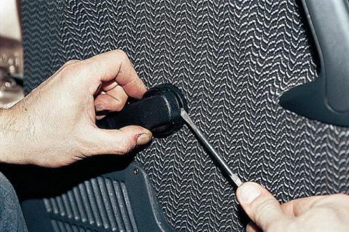 Фиксатор ручки стеклоподьемника на двери автомобиля ВАЗ-2110, демонтаж с помощью отвертки