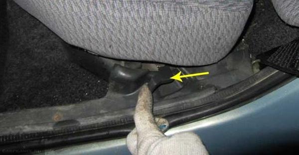 Фиксаторы подушки заднего сидения в автомобиле ВАЗ-2110