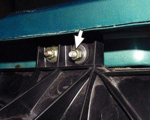 Гайки и шпильки крепления кожуха к радиатору и к кузову автомобиля ВАЗ-2110