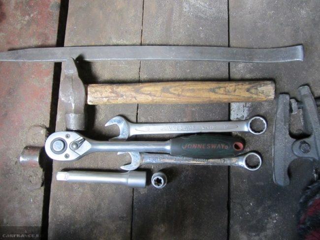 Набор инструментов для самостоятельной замены шаровой опоры в автомобиле ВАЗ-2110