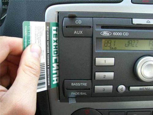 Снятие штатной магнитолы в автомобиле Форд Фокус 2 и пластиковая карточка