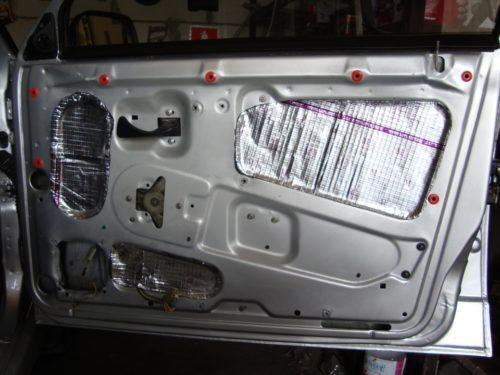 Передняя дверь автомобиля ВАЗ-2110, вид изнутри без обшивки