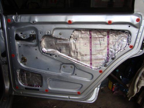 Задняя дверь автомобиля ВАЗ-2110, показаны места установки пистонов крепления обшмвки