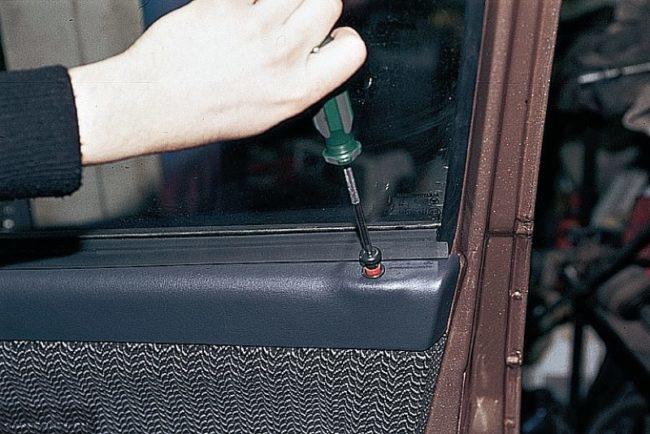 Кнопка блокировки передней двери автомобиля ВАЗ-2110 с головкой под крестообразную отвертку