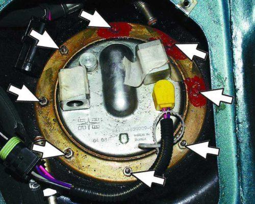 Гайки крепления топливной помпы на бензобаке под сидением автомобиля ВАЗ-2110
